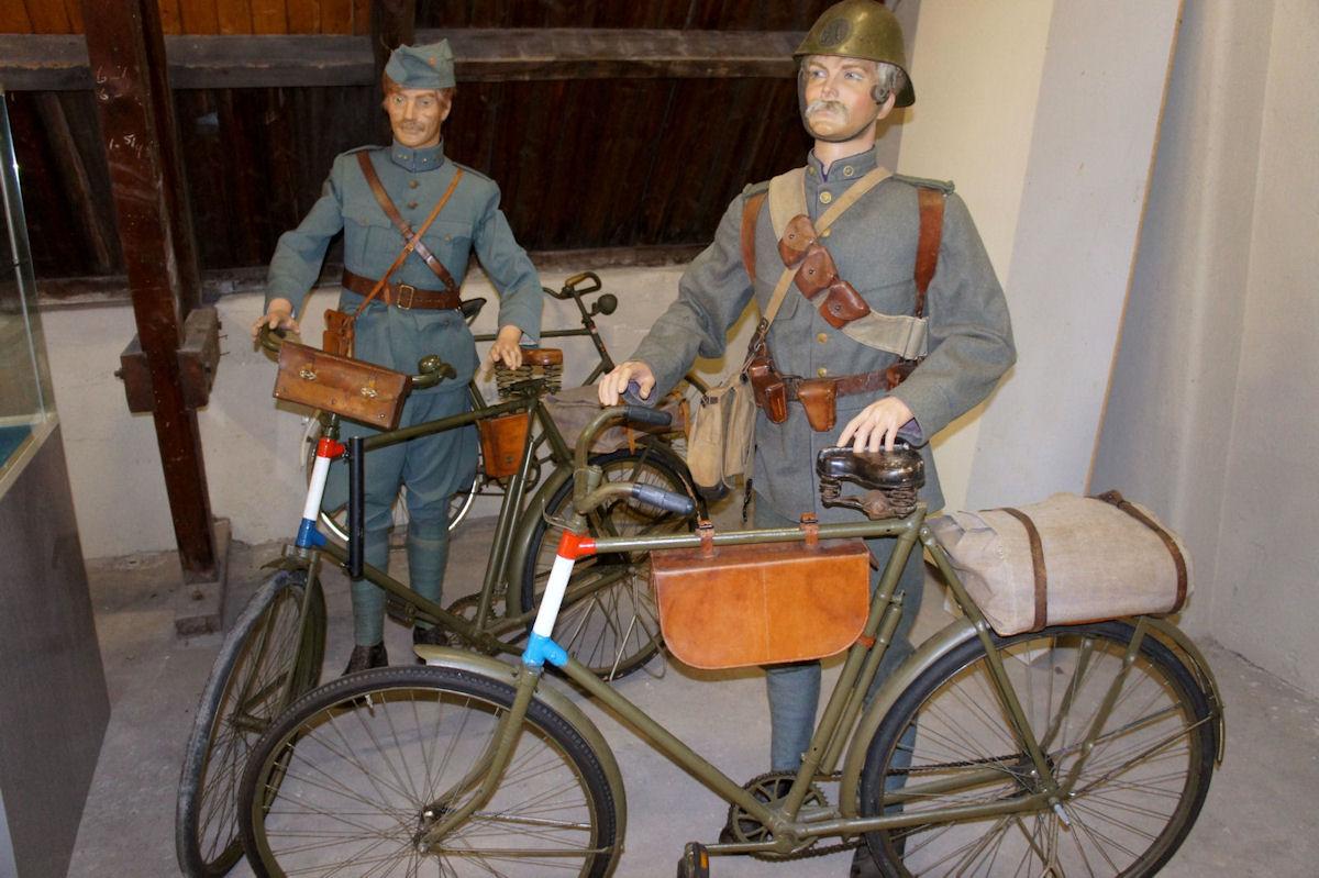 Originele fietsen van Wielrijders in het museum